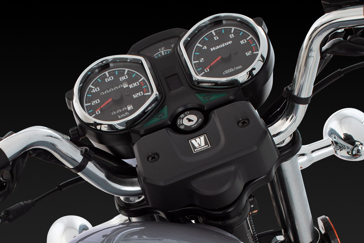 Imagem mostrando painel da Chopper Road 150 e suas funcionalidades com o fundo preto