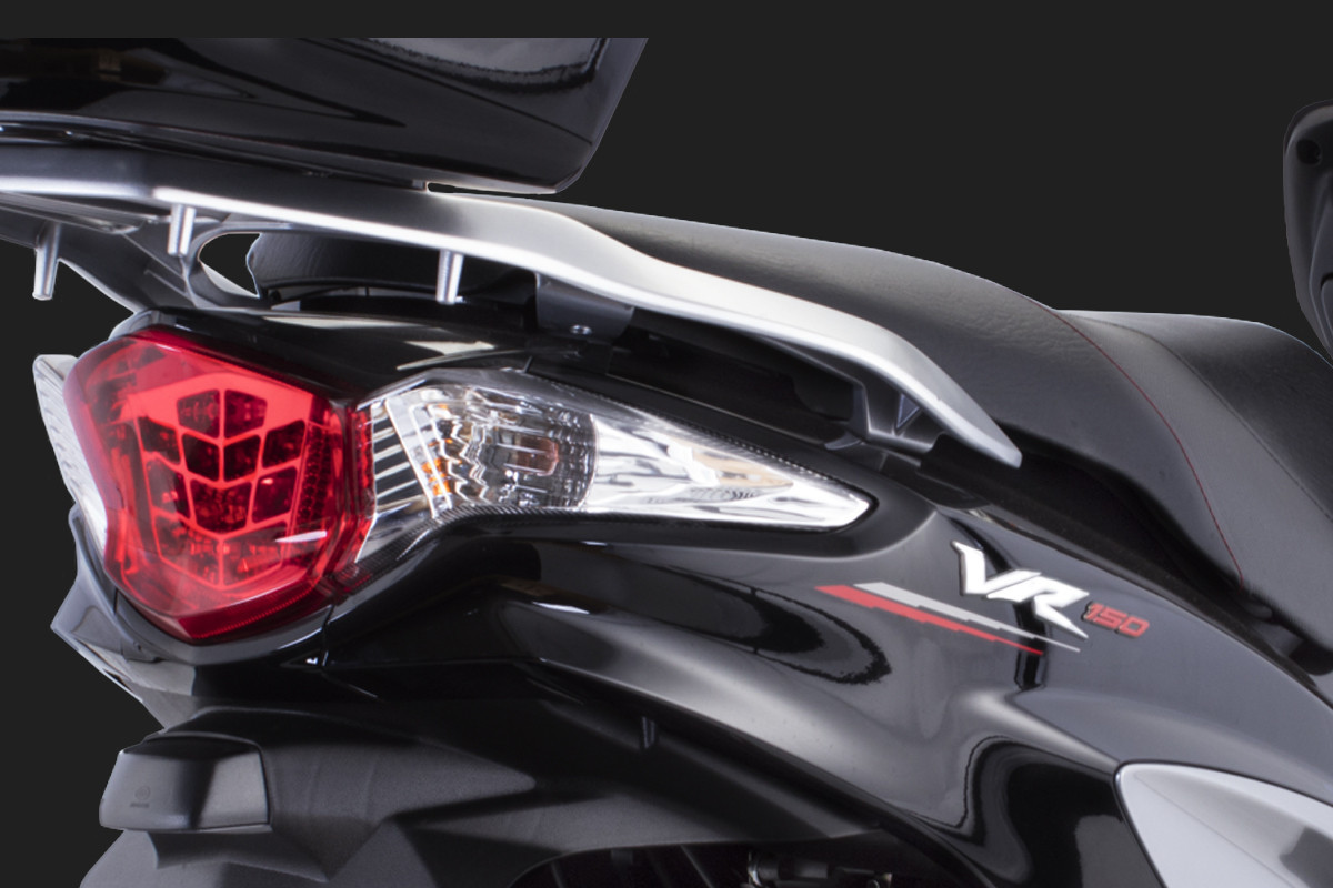 A imagem mostra a traseira da VR 150 na cor preta em fundo escuro.