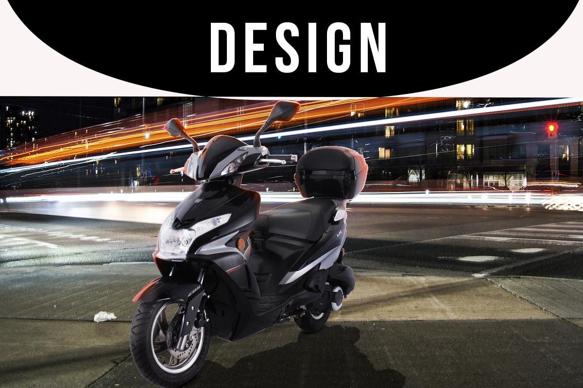 A imagem mostra a VR 150 na cor preta estacionada na calçada de uma avenida a noite e um letreiro escrito \'\'DESIGN\'\' em fundo preto.