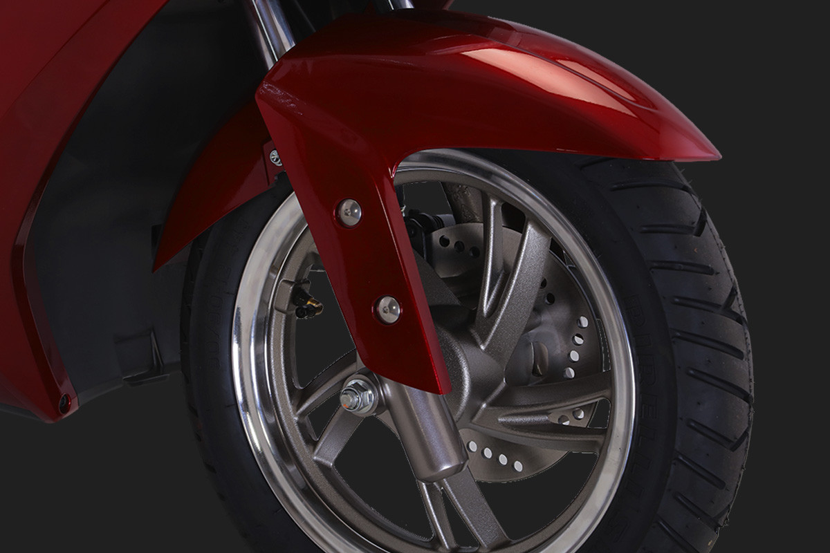 A imagem mostra a roda dianteira da VR 150 em fundo escuro.