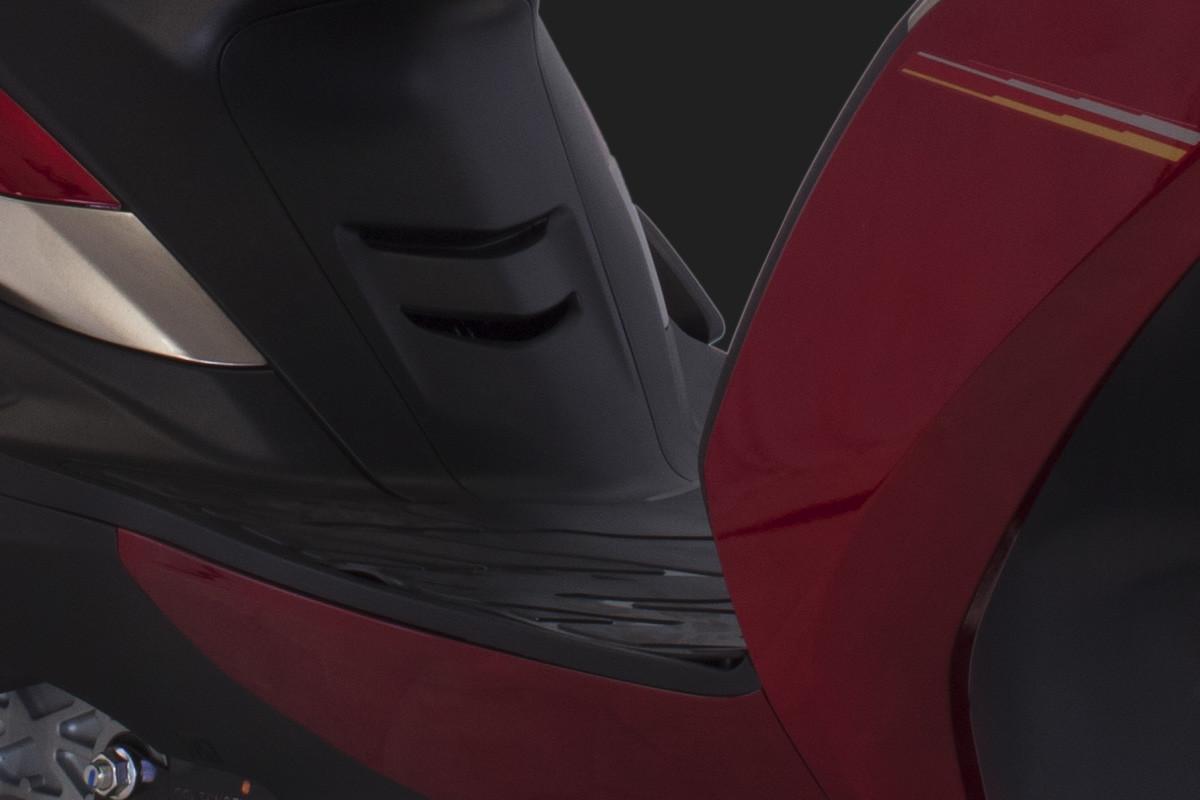 A imagem mostra o assoalho da VR 150 em fundo escuro.