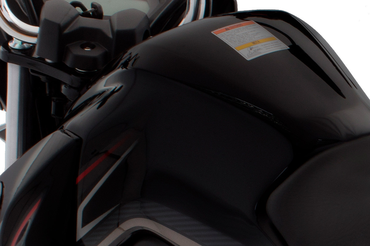 Imagem mostrando o tanque de combustível da DK 150 S, em fundo branco