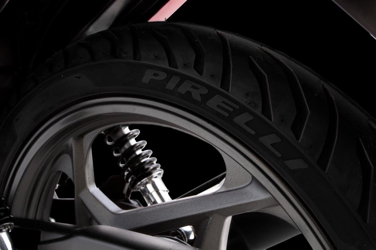 Imagem dos pneus largos da DK 150 S em fundo escuro