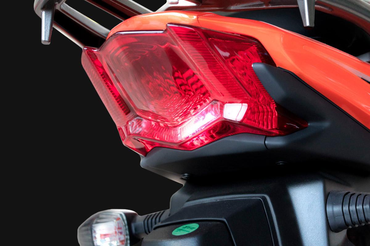 Imagem da lanterna traseira da DK 150 S, em fundo escuro