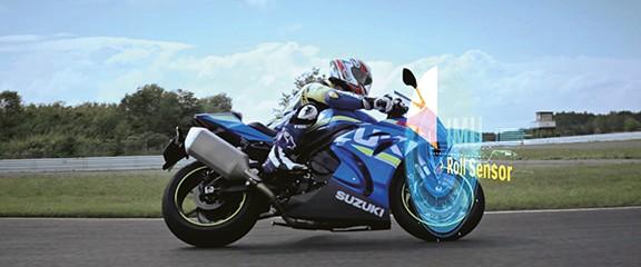 Outra imagem real, porém, ilustrativa da R1000 nas pistas com o funcionamento ficcional do sensor IMU que controla o movimento da motocicleta. Desta vez em outro angulo.