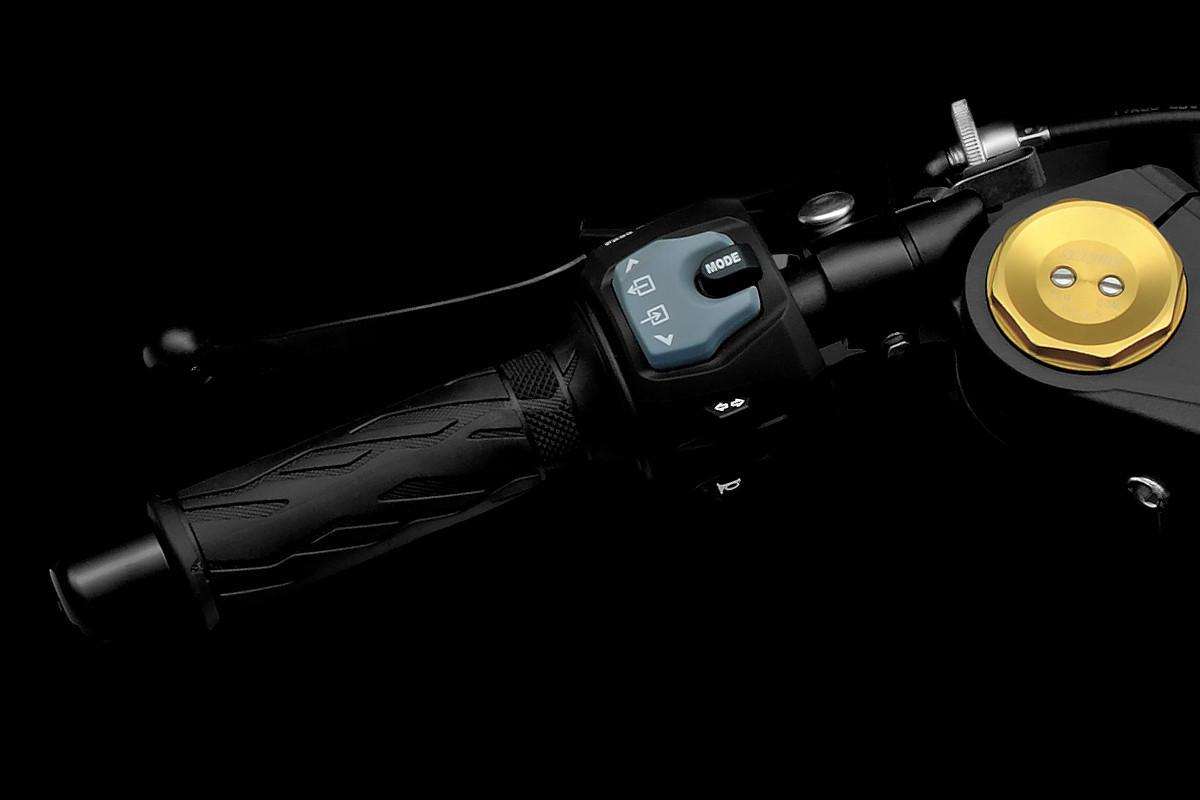 Imagem mostrando o sistema de mapeamento da GSX-R1000 em fundo escuro, que fica no guidão esquerdo da motocicleta