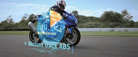 Imagem tratada da GSX-R1000 A/R com ilustração ficcional de como funciona o sensor IMU que controla o movimento da motocicleta.