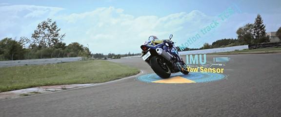 Outra imagem real da R1000 na parte traseira fazendo curva e sendo ilustrado mais uma vez o sensor IMU que controla o movimento da moto.