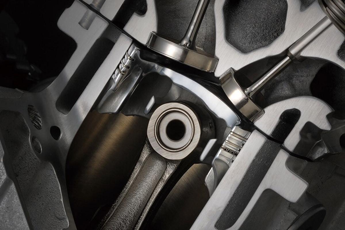 Imagem focando no sistema de ligação dos pistões da GSX-R1000