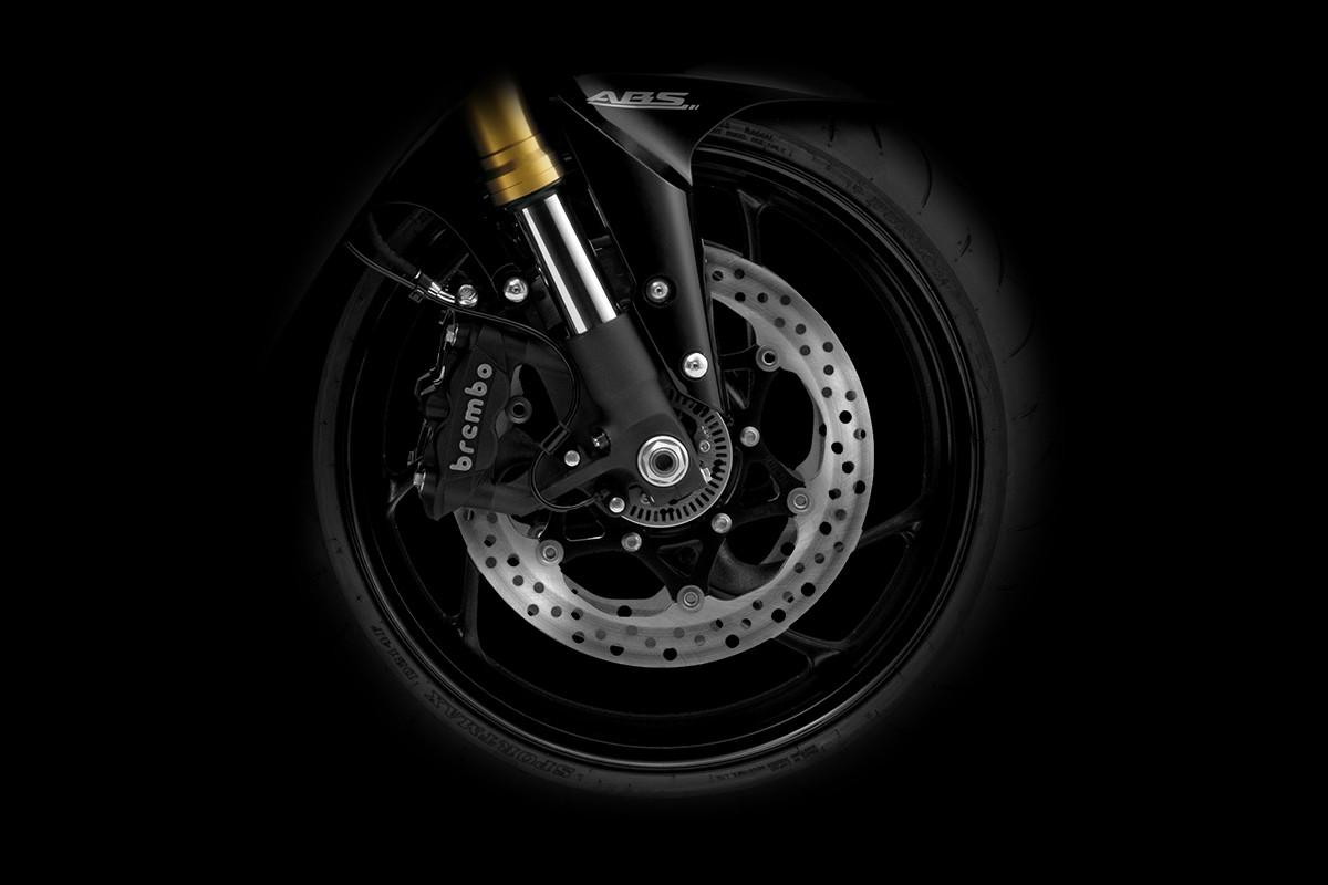 Imagem ampliada na roda da S1000FA indicando os freios da Brembo em fundo escuro