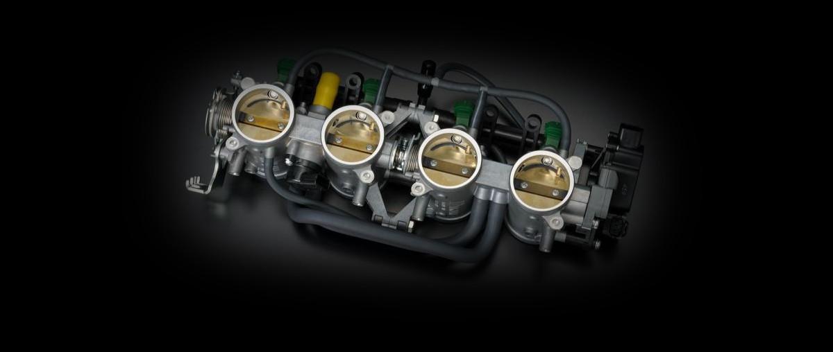 A imagem foca no sistema do corpo de admissão com duas válvulas de aceleração no motor da S1000FA.