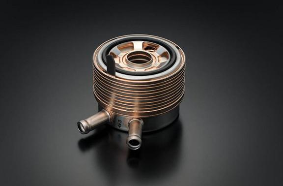 Imagem mostrando uma peça do motor da GSX-S1000F em fundo cinza