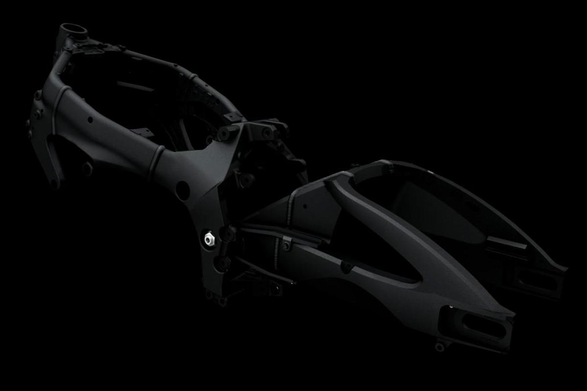 Chassi da S1000 ilustrando o quadro central que ajuda a assegurar o ágil manejo e boa tração na estrada, em fundo escuro