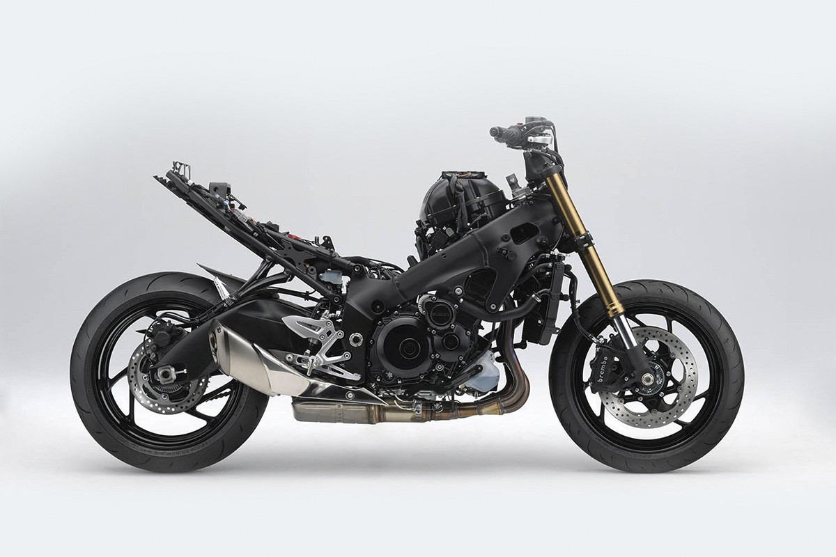 Imagem da S1000 sem a sua carenagem para mostrar todo o chassi da motocicleta em fundo claro
