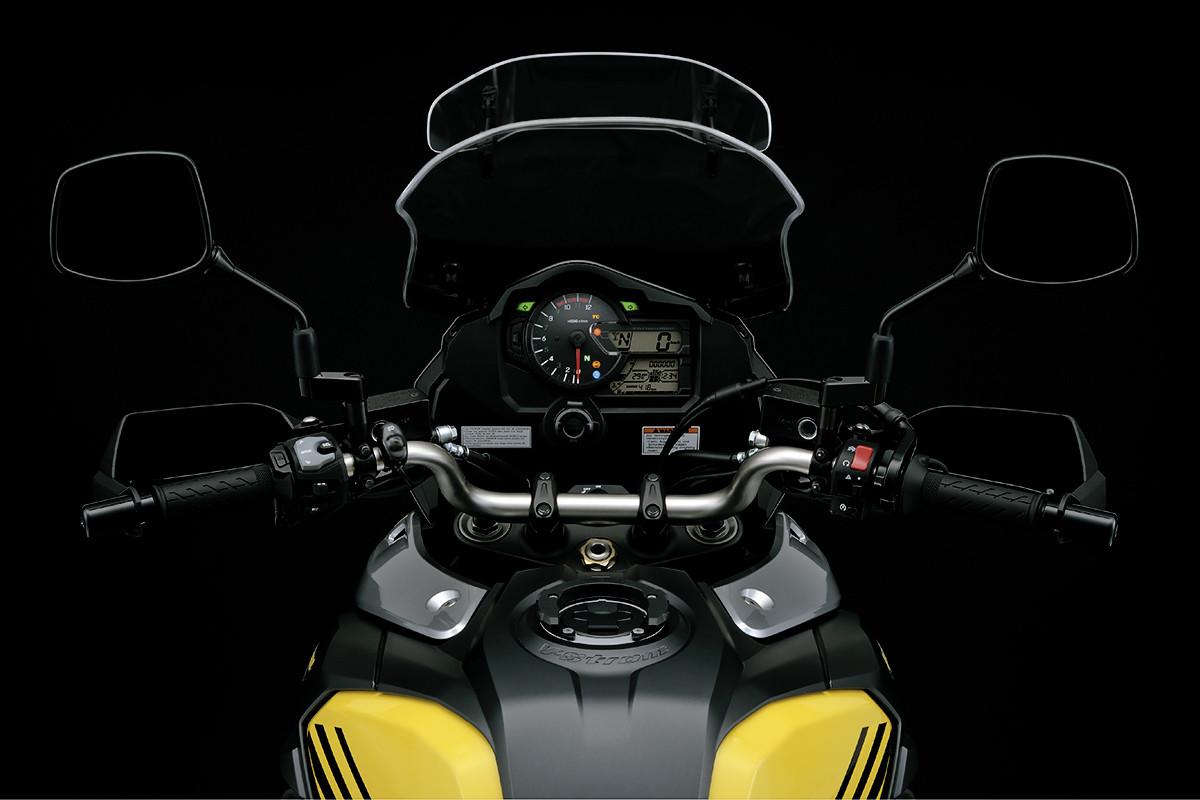 Imagem da V Strom na perspectiva do piloto mostrando o guidão cônico da motocicleta