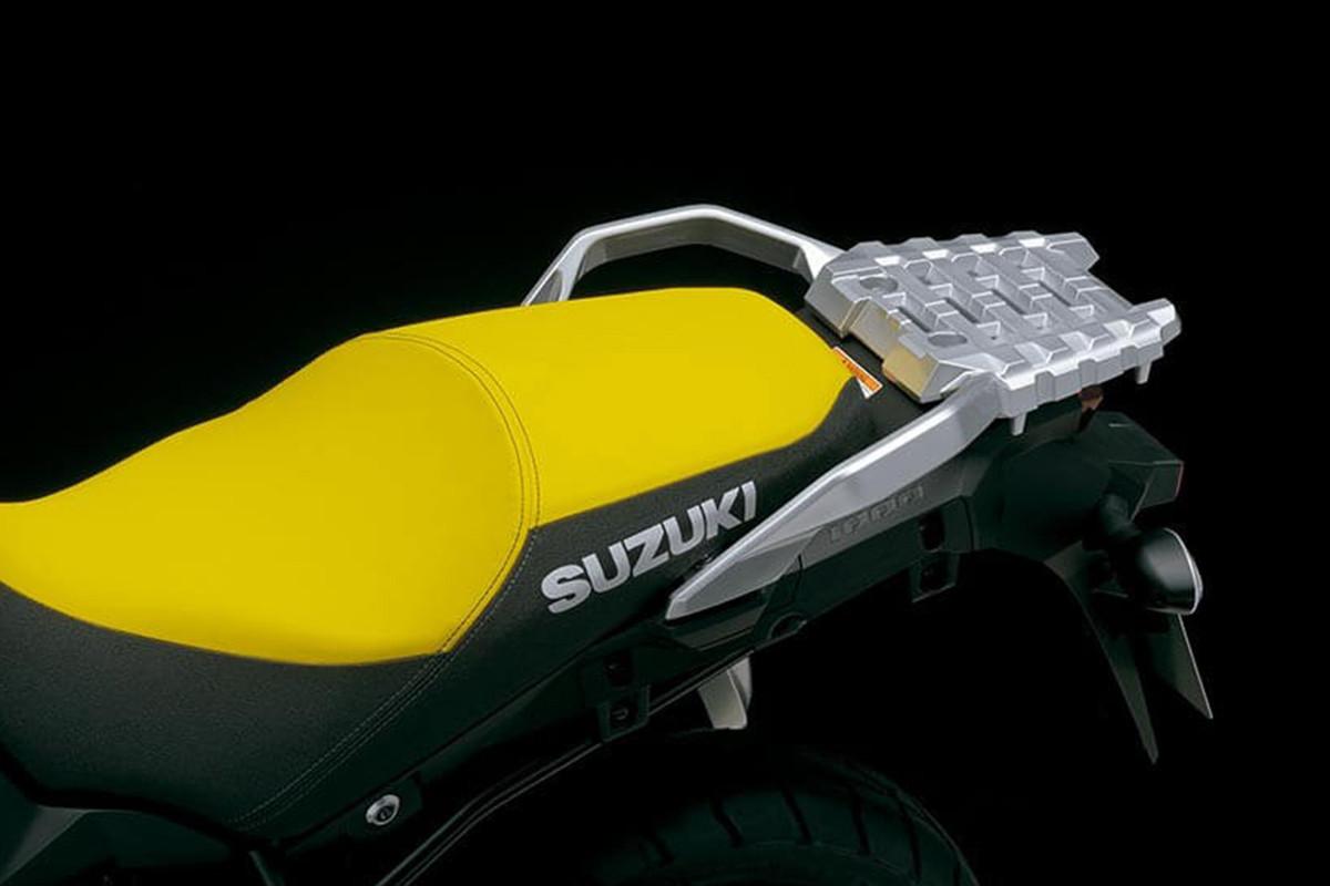 A imagem evidencia o conforto do banco na cor amarela da V-Strom 1000XT.
