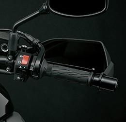 Imagem focada no guidão direito da V Strom para mostrar onde é possível acionar o sistema de partida rápida da Suzuki.