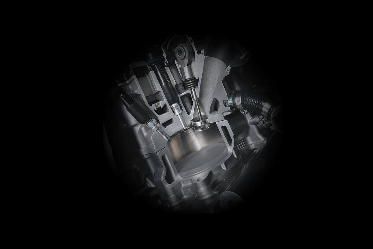 A imagem mostra o sistema único da Suzuki de preparação na parte de exaustão (SET).