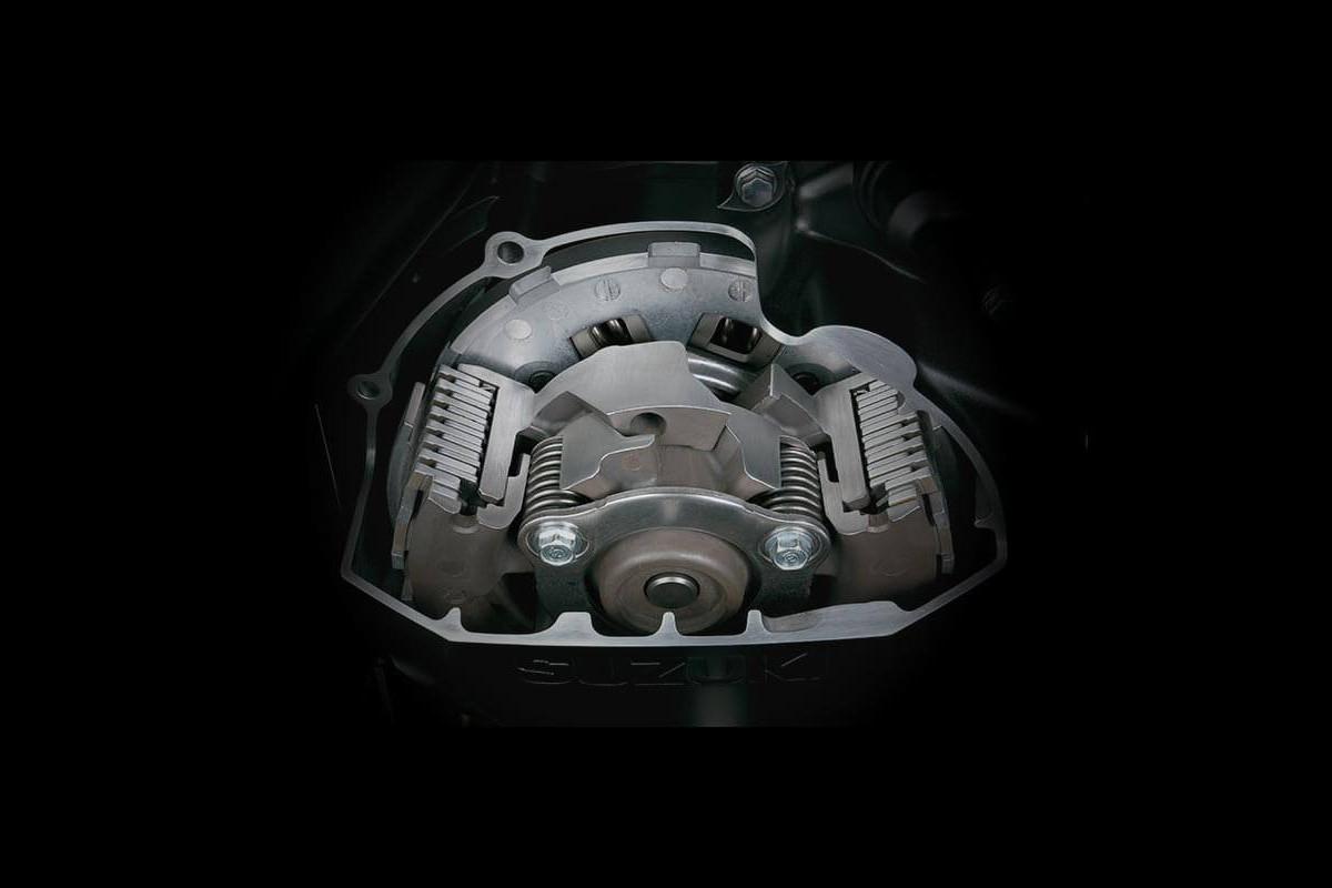 Imagem mostra o sistema de embreagem da V-Strom 1000XT Action.