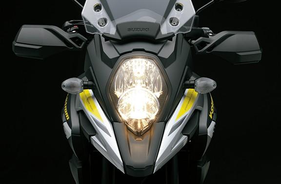 Imagem frontal da V-Strom 1000 focada nos farois de LED da motocicleta