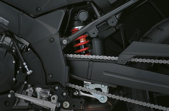 Imagem focada no garfo da suspensão traseira da V Strom 1000