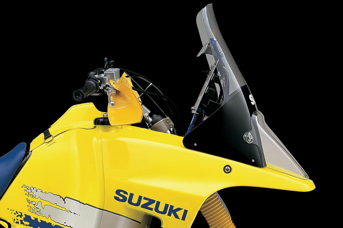 Imagem da DR-BIG, a primeira moto adventure da Suzuki. A imagem foca no bico da motocicleta de onde a V Strom herdou seu visual.