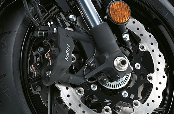 O design em radial providencia uma sensação positiva quando se pressiona os freios e maximiza o controle de  frenagem. Cada uma das pinças frontais possui quatro pistões opostos (33,9mm x 30,2mm x 2)...