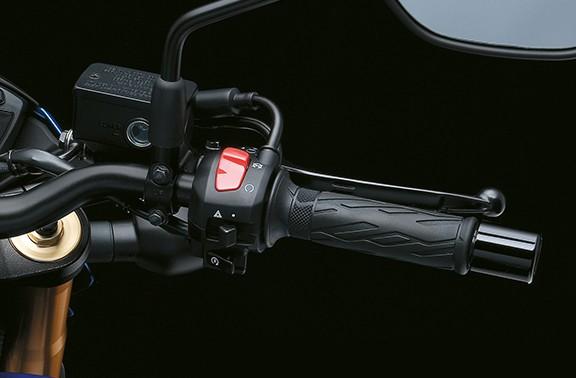 Um simples apertar do botão de partida gira o motor e liga a motocicleta. Sem ter de segurar o botão apertado e esperar até que o motor faísque quando estiver saindo para uma volta.