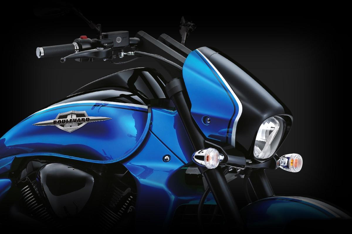 Imagem frontal da Boulevard Azul mostrando seu farol e carenagem lateral em um fundo preto