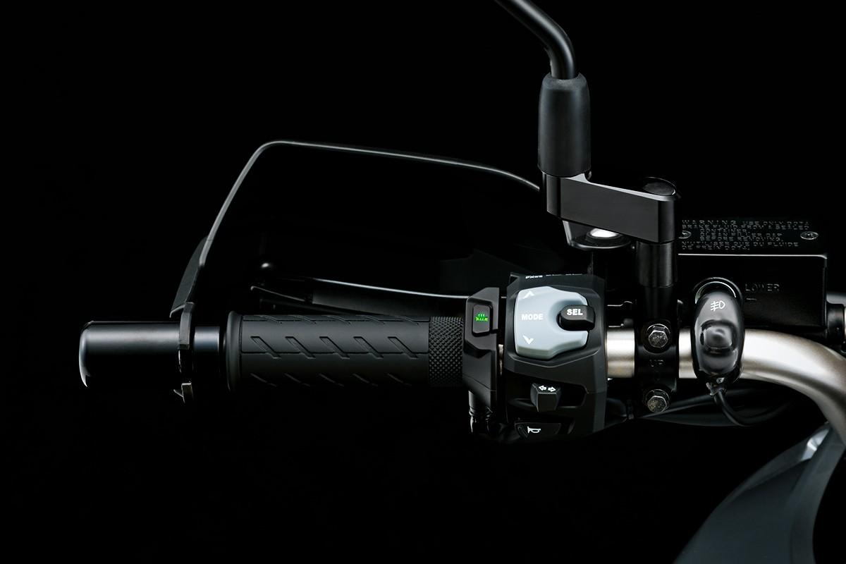 Imagem do guidão esquerdo da V Strom 650 para indicar onde acionar o controle de tração da motocicleta.