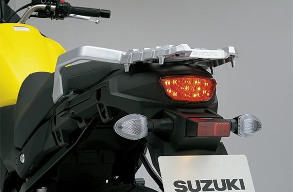 Imagem mostrando lanterna da V Strom 650 XT em um fundo cinza