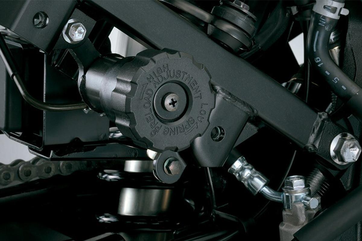 Imagem da suspensão da V-Strom 650 ADV em fundo cinza