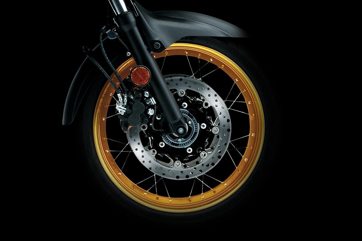 Imagem da roda dianteira da V-Strom 650 ADV em fundo escuro