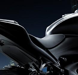 Na imagem mostra o novo assento da GSX-S1000A.