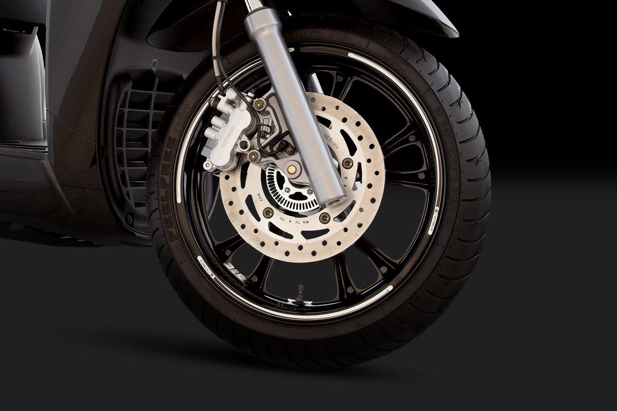 Imagem da roda dianteira da People GTi 300 ABS em um fundo escuro