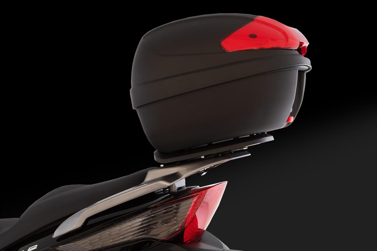 imagem da People GTi 300 ABS Preta de lado com foco no baú