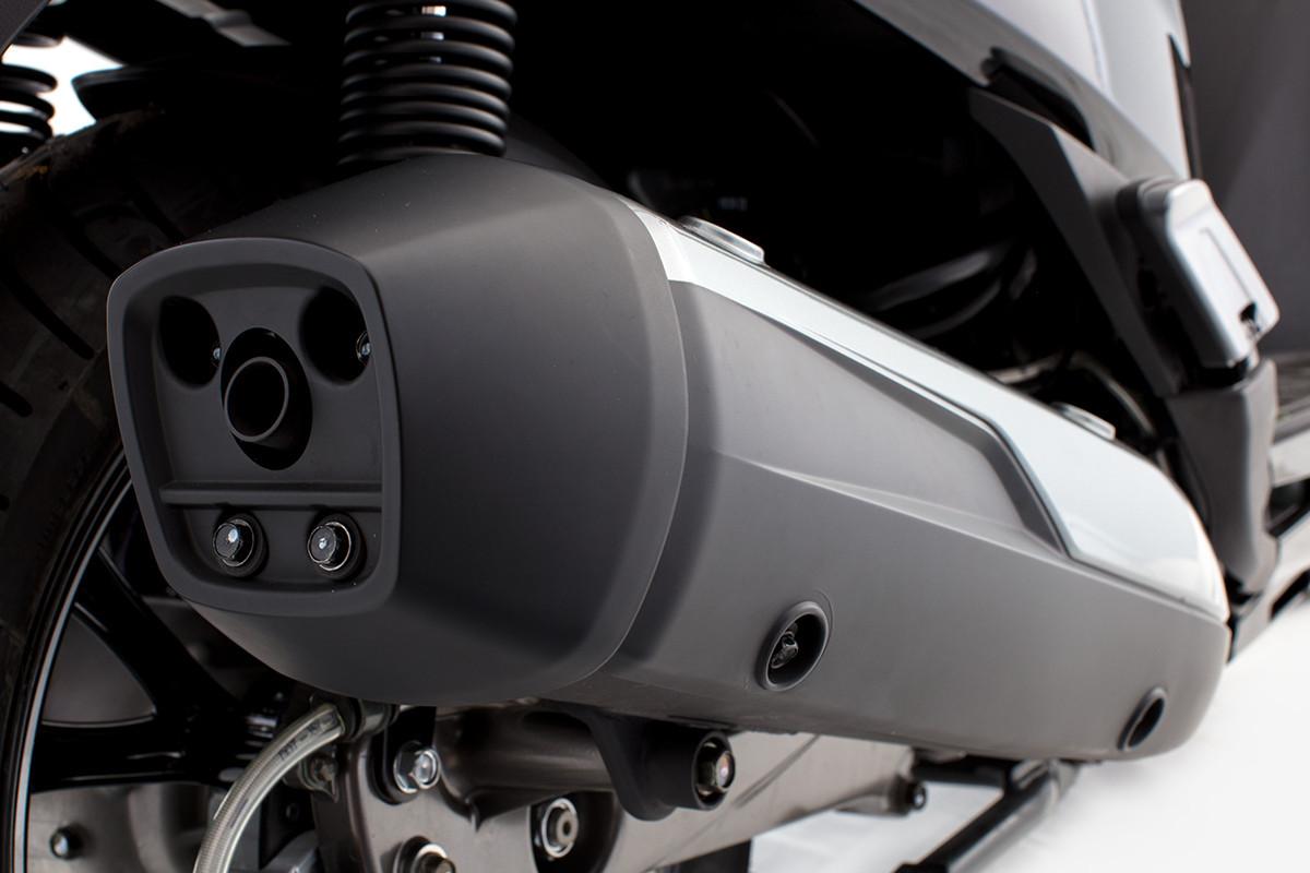 Imagem do escapamento da People GTi 300 ABS com a imagem de traz de baixo pra cima próximo a roda traseira
