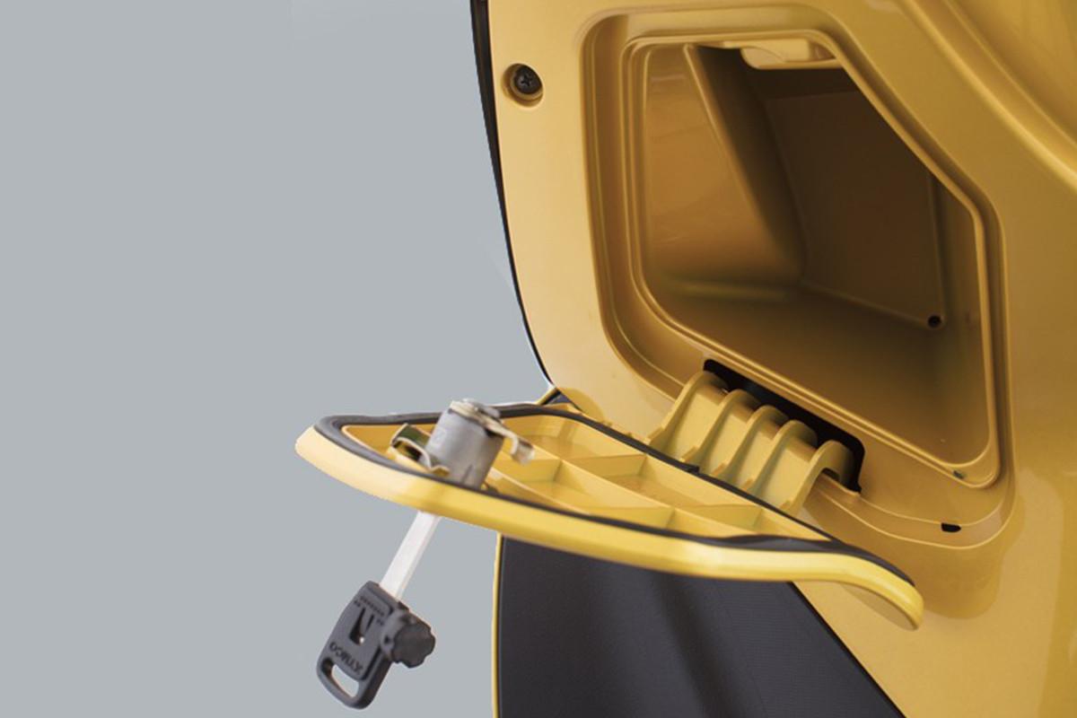 Imagem do porta luvas da People GTi 300 ABS amarela com a chave junto
