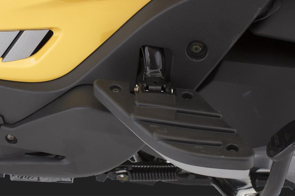 Imagem com foco na pedaleira retrátil da People GTi 300 ABS amarela