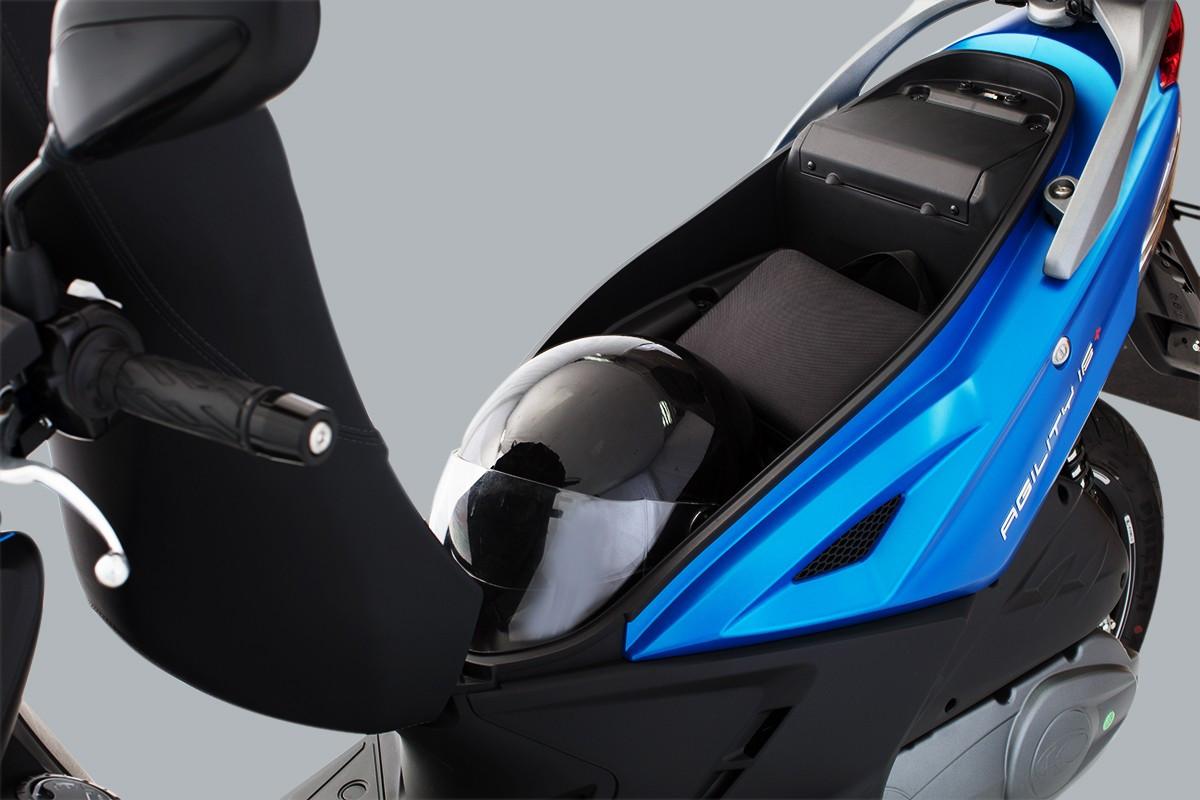 foto de cima da Agility 16+200 i Azul com o vanco levantado mostrando o compartimento embaixo do banco com um capacete.