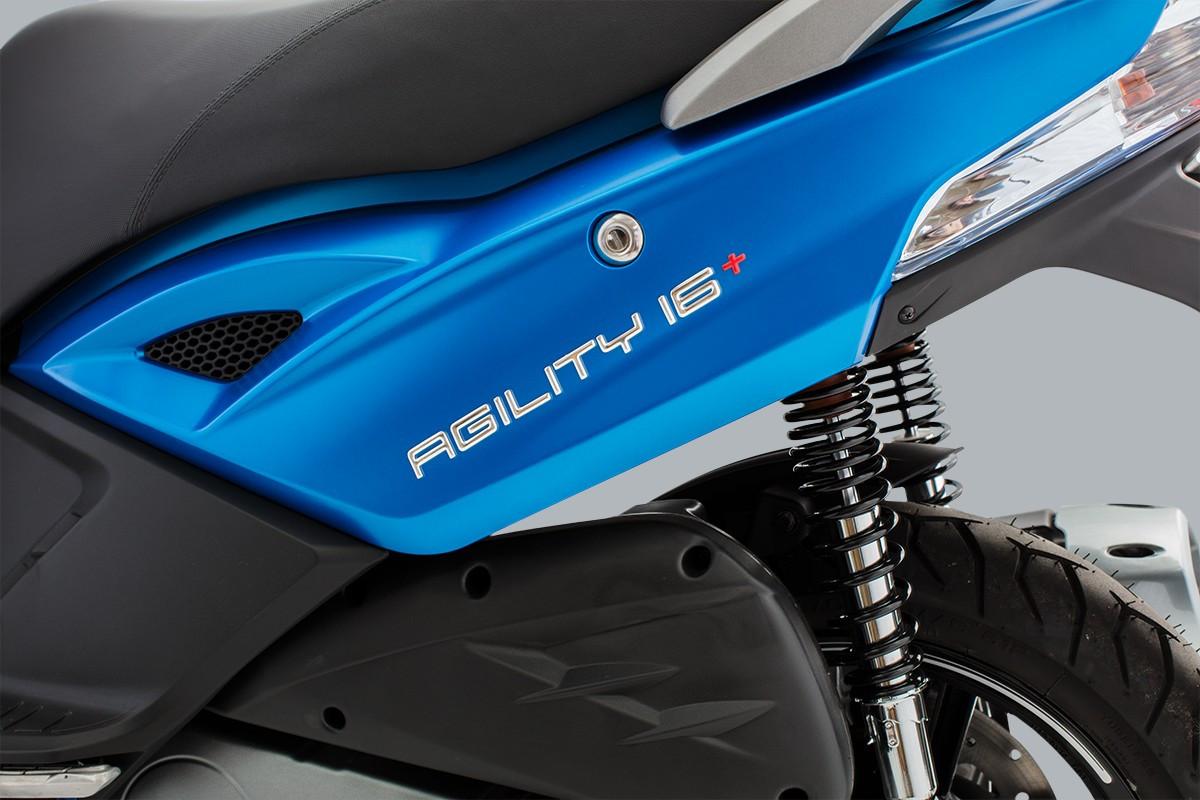 imagem da traseira da moto azul, focada no nome da Agility 16+200 i e na suspensão, de lado