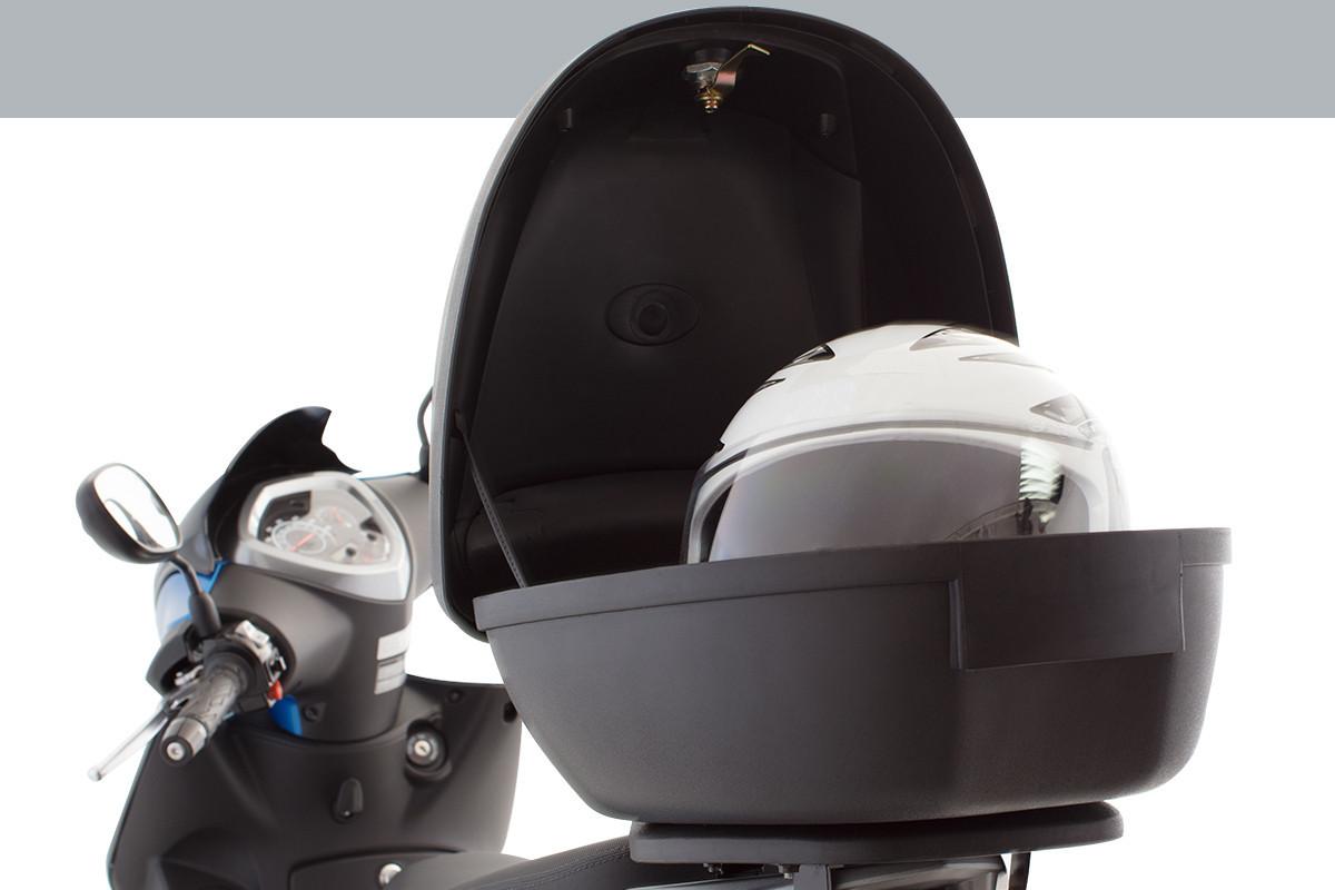 foto da Agility 16+200 i Azul com bauleto aberto, com um capacete dentro.