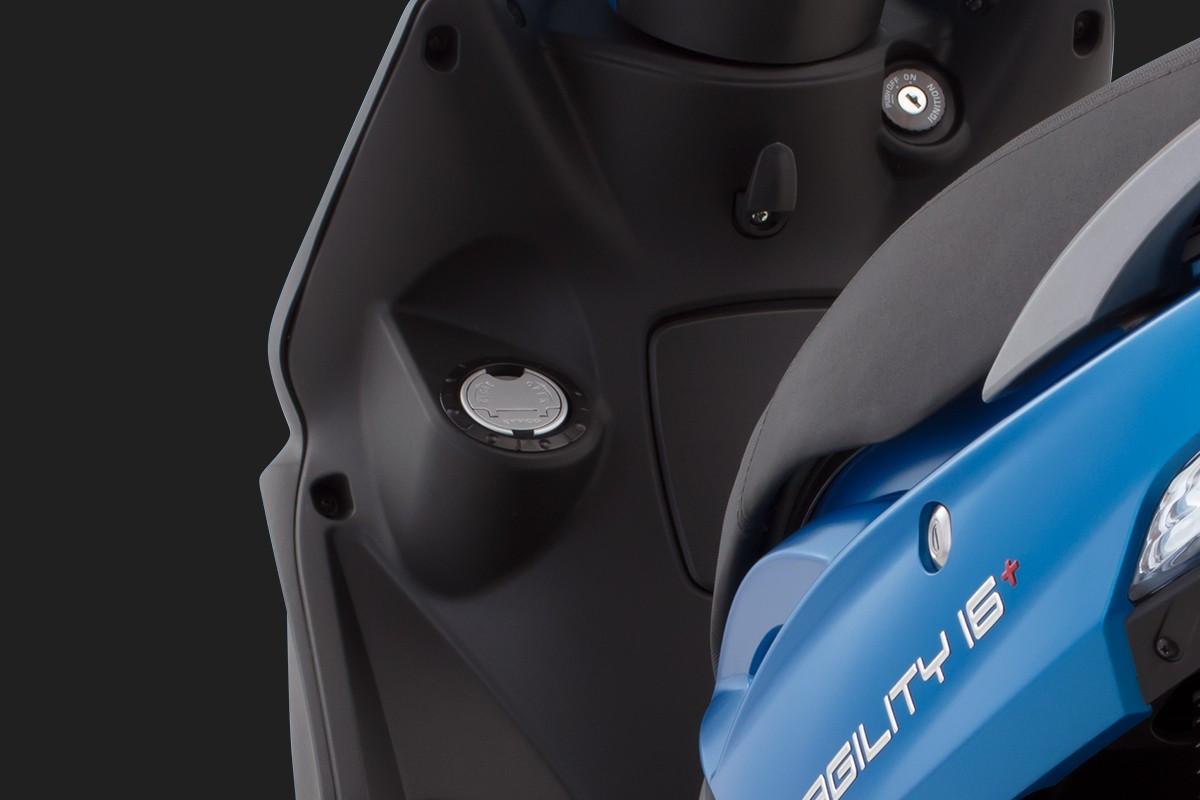 foto da Agility 16+200 i Azul aparecendo o bocal de abastecimento e o logo na moto